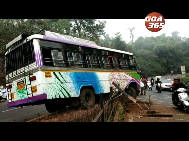 Ponda bound bus hits divider at Borim, 1 injured