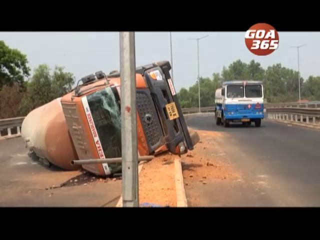 Truck topples over at Bandoda