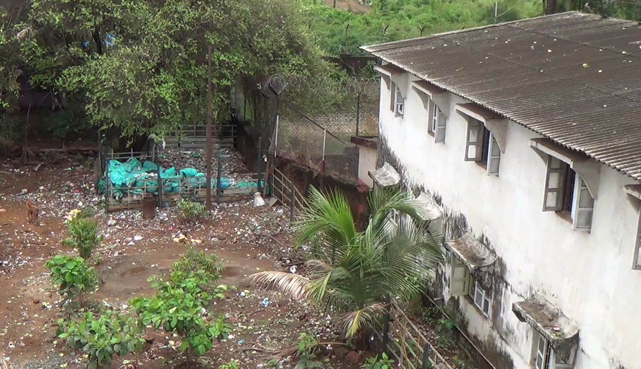 Garabge dumped by Vasco Railway creates nuisance for school students