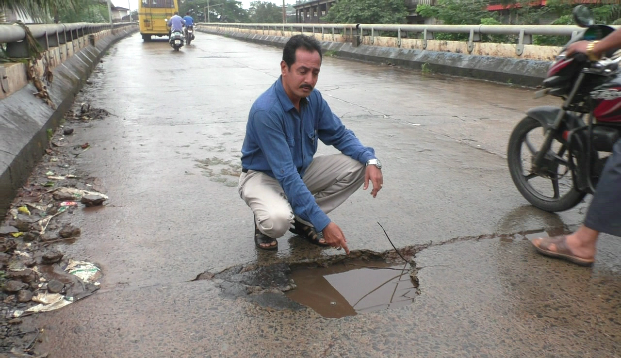 Margao Overbridge full of potholes, locals suffer everyday