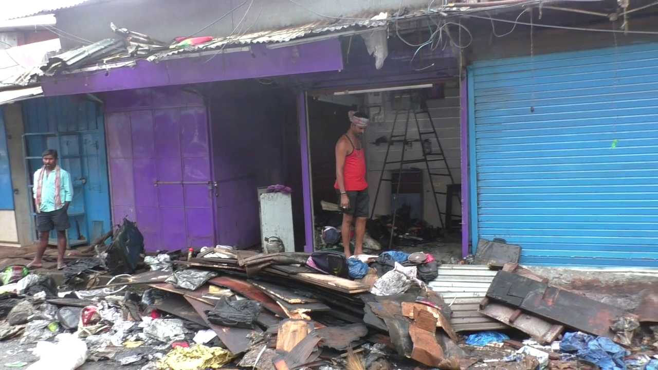 People stone Fire Brigade office to save a burning shop
