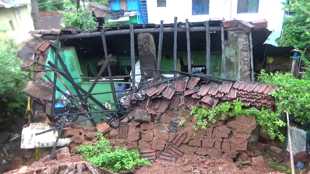 Retaining wall collapsed on 2 houses in vasco