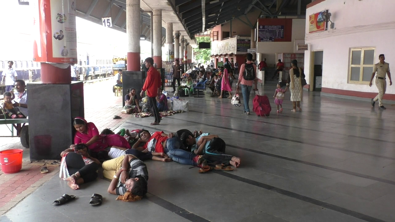 Stranded train passengers bemoan the absence of help desk at Margao