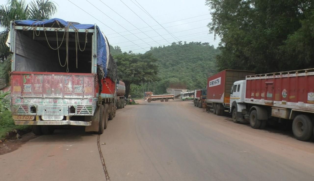 Trucks parked at Amigo junction Ponda posing threat to traffic